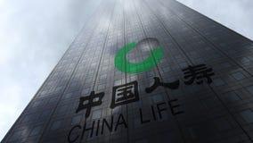 De Verzekeringsmaatschappijembleem van China Life op een wolkenkrabbervoorgevel die op wolken wijzen Het redactie 3D teruggeven Stock Fotografie