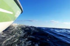 De verzendende boot van de visserijmotor met dalingen van water De blauwe oceaanbezinningen van de zeewatergolf met snel visserij stock afbeeldingen