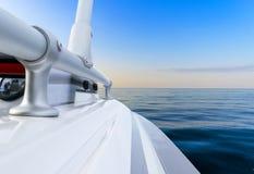 De verzendende boot van de visserijmotor met dalingen van water De blauwe oceaanbezinningen van de zeewatergolf met snel visserij royalty-vrije stock foto's
