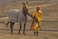 De verzorger van het paard bij de rassen. Royalty-vrije Stock Fotografie