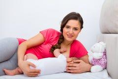 De verzorging van de baby stock afbeeldingen