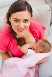 De verzorging van de baby royalty-vrije stock afbeeldingen