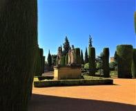 De Vesting van de Christen, zar DE los Reyes Cristianos, Cordoba, Spanje van Alcà ¡ - Standbeeld van Ferdinand, Isabella en Colum stock foto's
