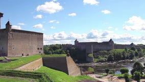 De vesting van de panoramamening van de vesting van Narva en Ivangorod- stock footage