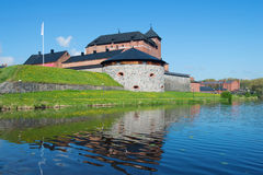 De vesting van de stad van Hameenlina op de bank van het Vanayavesi-meer in de zonnige Juni-middag finland Stock Afbeeldingen