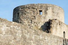 De vesting van de torensteen tegen de blauwe hemel Royalty-vrije Stock Foto