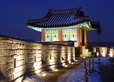 De Vesting van Hwaseong bij Nacht Stock Foto