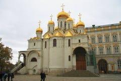 De vesting van Moskou het Kremlin en de Kathedraal van het Kremlin binnen een de herfsttijd Stock Foto