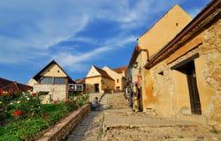 De vesting van Rasnov, smalle straat, Transsylvanië royalty-vrije stock afbeelding