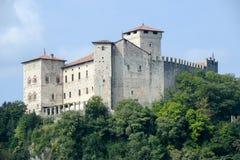 De vesting van Roccaborromeo in Angera op meer maggiore stock foto