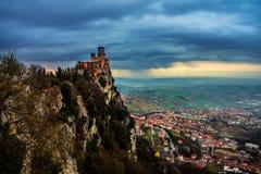 De vesting van San Marino van Guaita bij zonsondergang Stock Afbeeldingen