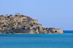 De vesting van Spinalonga bij het eiland van Kreta Stock Afbeelding