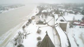 De vesting van Starayaladoga, Februari-ochtend luchtvideo Staraya Ladoga stock videobeelden