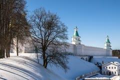 De vestingsmuren met torens rond het Nieuwe Klooster van Jeruzalem van de 17de eeuw Istra, de voorsteden van Moskou, Rusland royalty-vrije stock afbeeldingen
