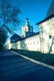 De vestingsmuren met torens rond het oude orthodoxe Andronikov-Klooster Architecturaal monument van de 14de eeuw stock foto's