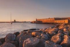 De vestingsmuur bij de haven rhodos Griekenland stock fotografie