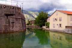 De vestingsmuur van bastion Bembo 1540 dichtbij de rivier Shkurda, de Oude stad Kotor, Montenegro Royalty-vrije Stock Afbeelding