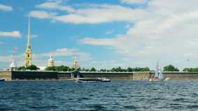 De vestingspanorama van Neva River van St. Petersburg van Rusland stock footage