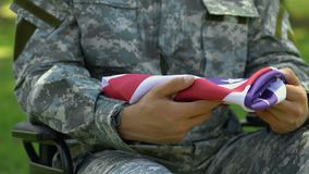De veteraan van de vlag van de V.S. van de oorlogsholding, kwam aan begrafenis van bevelhebber, eer en glorie stock videobeelden