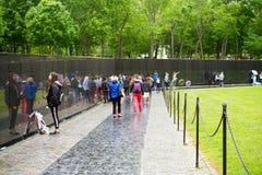 De Veteranengedenkteken van Vietnam in Washington DC door Maya Lin wordt ontworpen die stock fotografie