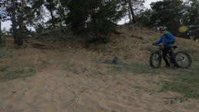 De vette fiets riep ook fatbike of vet-bandfiets in de zomer het berijden in het bos stock video
