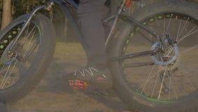 De vette fiets riep ook fatbike of vet-bandfiets in de zomer het berijden in het bos stock footage