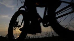De vette fiets riep ook fatbike of vet-bandfiets in de zomer het berijden in het gras stock videobeelden