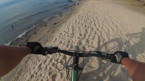 De vette fiets riep ook fatbike of vet-bandfiets in de zomer het drijven stock videobeelden