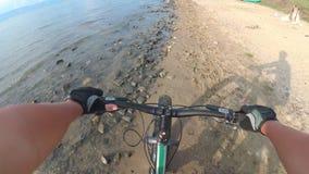De vette fiets riep ook fatbike of vet-bandfiets in de zomer het drijven stock video
