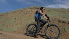 De vette fiets riep ook fatbike of vet-bandfiets in de zomer het drijven op de weg stock video