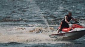 De vette kerel in reddingsvest die straalski berijden op meerwater, het maken verdraait en springt stock video