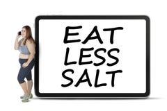 De vette vrouw met eet aan boord minder zout Royalty-vrije Stock Afbeeldingen