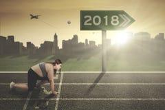 De vette vrouw met voorziet en nummer 2018 van wegwijzers Stock Afbeeldingen