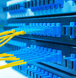 De vezelkabel dient met technologiestijl tegen optische vezel Stock Afbeelding