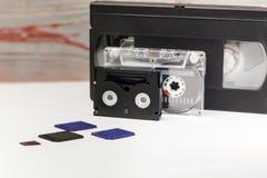 De video is groot en klein Geheugenkaart om video te registreren Het concept perfecte videoopslagtechnologie Op een witte achterg stock foto