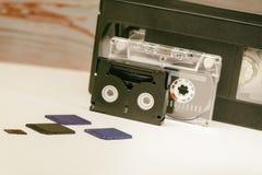 De video is groot en klein Geheugenkaart om video te registreren Het concept perfecte videoopslagtechnologie Op een witte achterg stock afbeelding