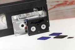 De video is groot en klein Geheugenkaart om video te registreren Het concept perfecte videoopslagtechnologie Op een witte achterg royalty-vrije stock fotografie