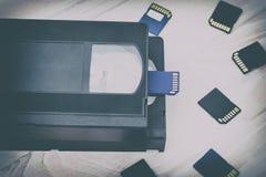 De video is groot en klein Geheugenkaart om video te registreren Het concept perfecte videoopslagtechnologie Op een witte achterg stock foto's