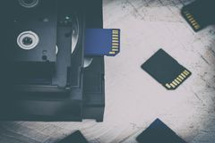De video is groot en klein Geheugenkaart om video te registreren Het concept perfecte videoopslagtechnologie Op een witte achterg stock afbeeldingen