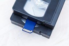 De video is groot en klein Geheugenkaart om video te registreren Het concept perfecte videoopslagtechnologie Op een witte achterg royalty-vrije stock afbeeldingen