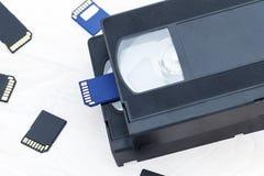 De video is groot en klein Geheugenkaart om video te registreren Het concept perfecte videoopslagtechnologie Op een witte achterg royalty-vrije stock foto's