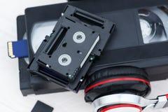 De video is groot en klein Geheugenkaart om video te registreren Het concept perfecte videoopslagtechnologie Op een witte achterg royalty-vrije stock afbeelding