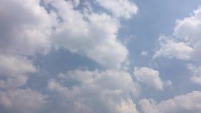 De video's van de tijdtijdspanne, de hemel en de witte wolken worden gebruikt voor websites of videoclippen stock videobeelden