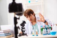 De video van de chemicus blogger opname voor zijn blog stock fotografie