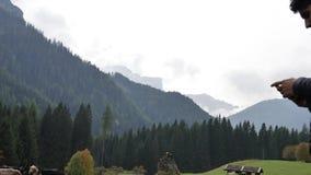 De video van de mensenfilm van koeien in de berg stock videobeelden