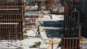 De video van de tijdtijdspanne van bouwactiviteit Kranen, vrachtwagens, arbeiders en materiaal op tijdvullingsplaats stock footage