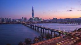 De video van de tijdtijdspanne van Han River bij nacht met mening van de stadshorizon van Seoel in Zuid-Korea, timelapse stock video