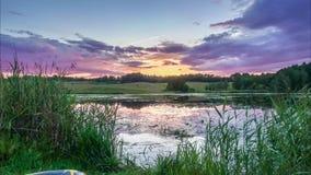 De video van de tijdtijdspanne van meer en het kleurrijke wolken overgaan stock footage