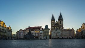De video van de tijdtijdspanne van oud de stadsvierkant van Praag met zonsopgang in Tsjechische timelapse 4K stock videobeelden