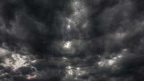 De video van de tijdtijdspanne van stormachtige zwarte wolken die achter de zon overgaan stock videobeelden